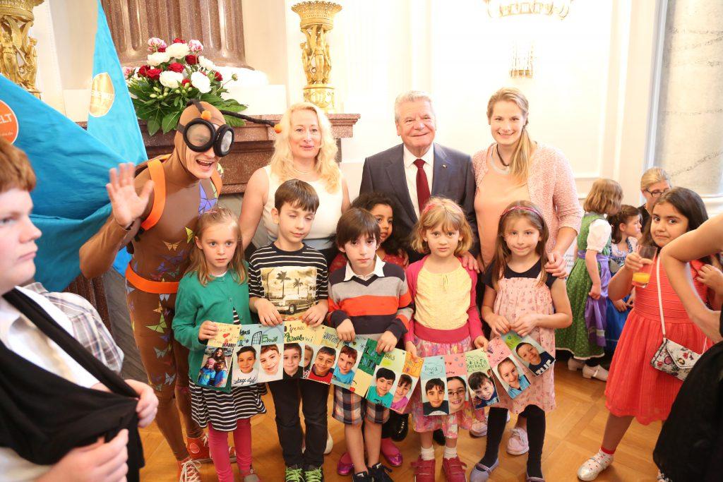 Bundespräsident Gauck mit den Preisträgern der Jahn-Schule Wiesbaden und Maskottchen Vite