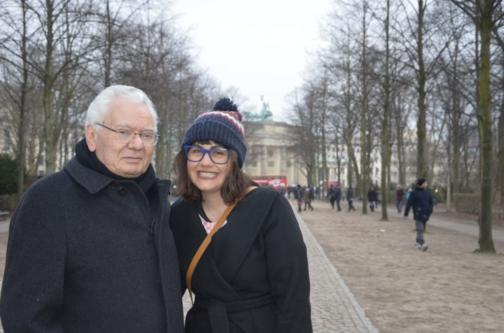 Thomas Buergenthal und Enkelin Laura in Berlin